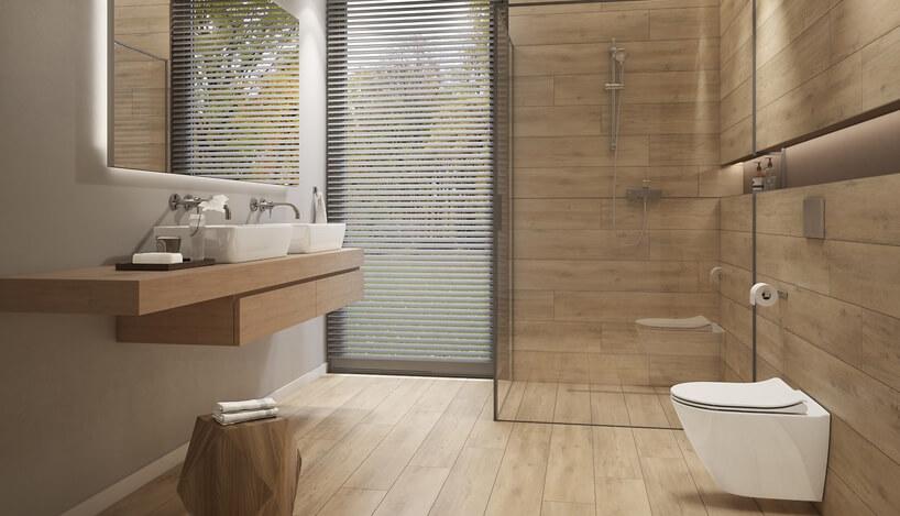 łazienka zdrewnianą podłogą idrewnianymi ścianami zdużym natryskiem