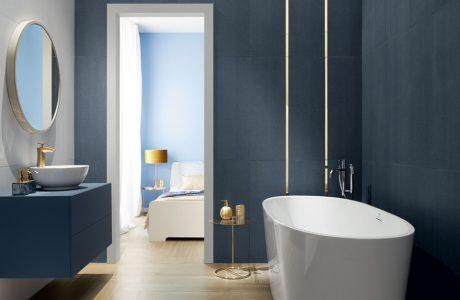 mała niebieska łazienka ze złotymi wykończeniami