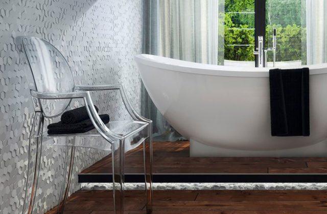 nowoczesna łazienka z szarą ścianą 3D wolnostjącą wanną i plastikowym przeźroczystym krzesłem