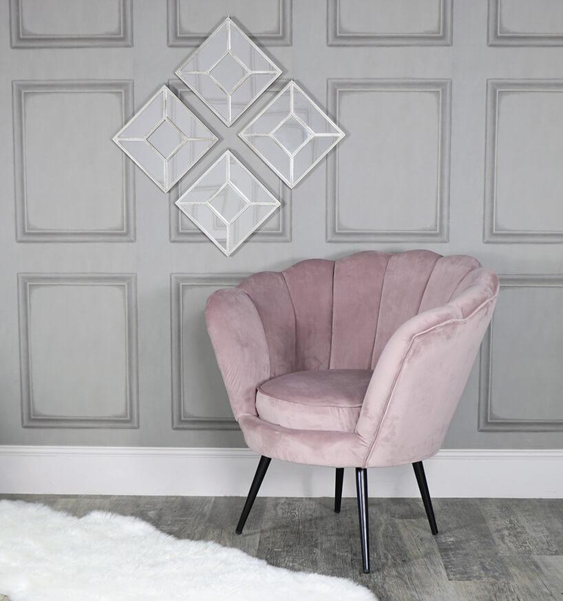 fioletowy fotel na tle szarej ściany zkwadratową dekoracją