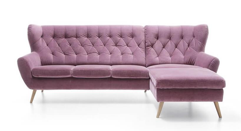 fioletowa sofa narożna zwysokimi drewnianymi nóżkami Voss Gala Collezione