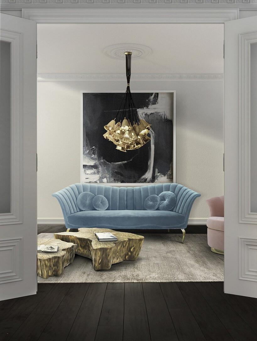 niebieska sofa na tle dużego czarno-białego obrazu