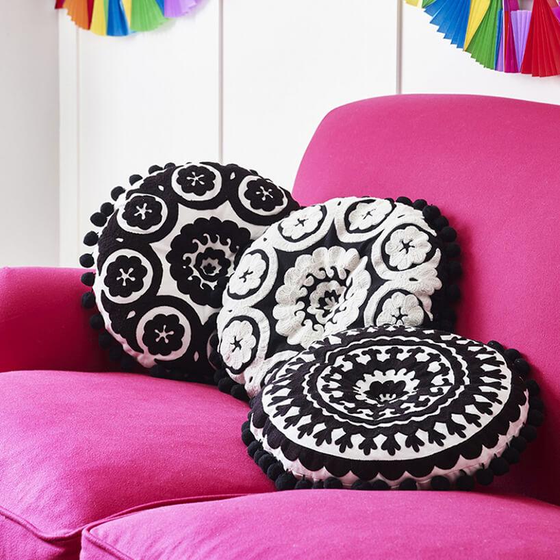 styl marokański różowa sofa zczarno-białym okrągłymi poduszkami