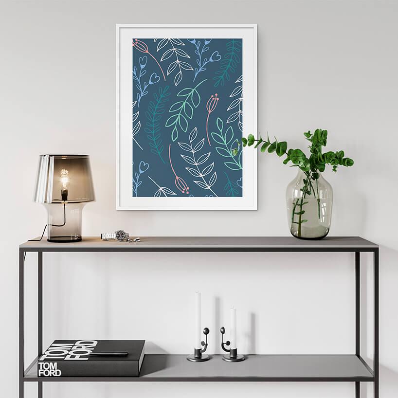 prosta czarna szafka zmałą elegancką lampą pod niebieskim obrazem wbiałej ramie
