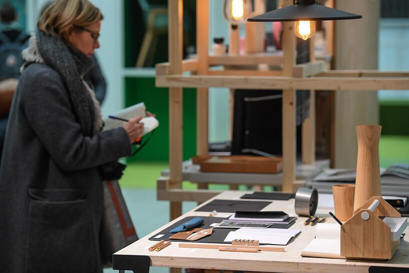 kobieta pisząca wnotatniku przy drewnianym stole