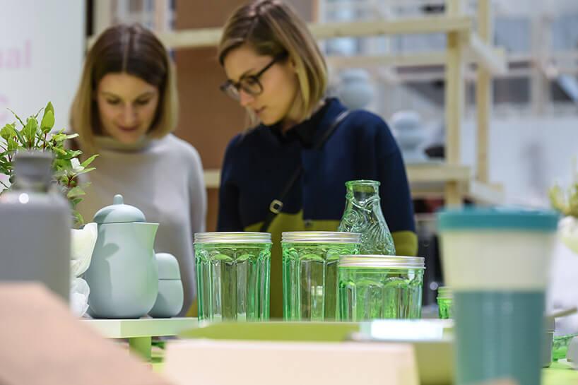 dwie kobiety przy stoisku ze szkłem