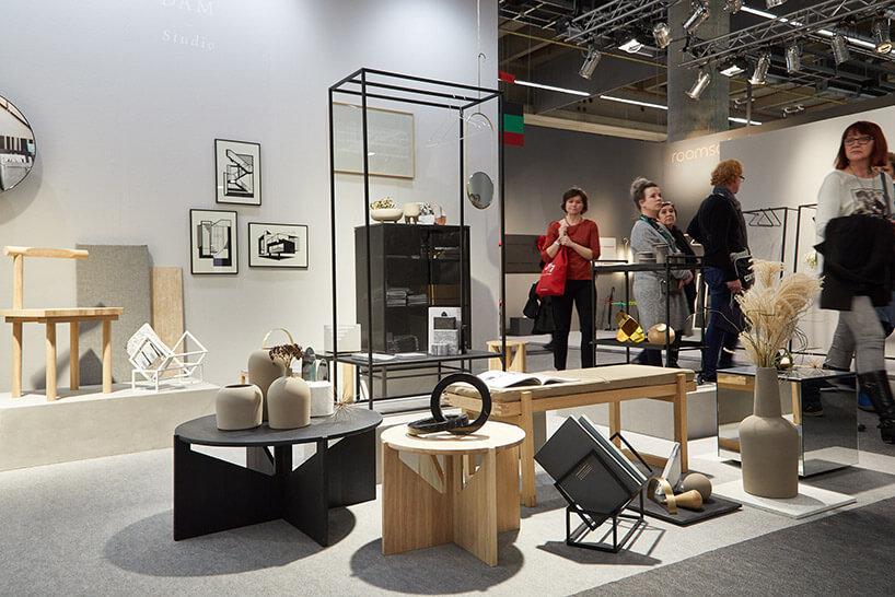 ekspozycja zmałymi drewnianymi stolikami