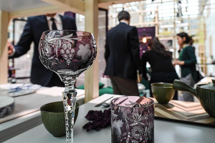 ładnie zdobiony fioletowy kieliszek kryształowy
