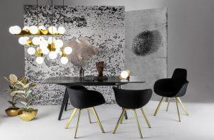 czarne krzesła z drewnianymi nogami