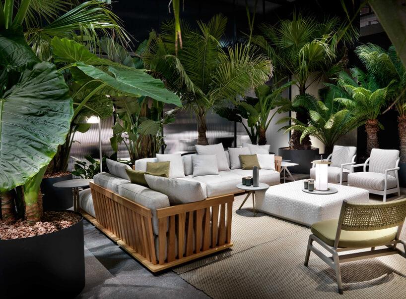 białe eleganckie meble ogrodowe Flexform od Studio Forma 96 drewniana konstrukcja zbiałymi siedziskami
