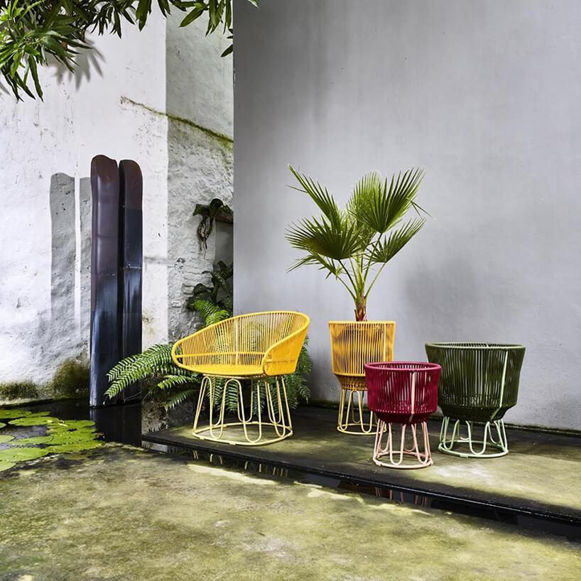 fotel itrzy kwietniki zmetalową konstrukcją wykończone plastikowymi paskami