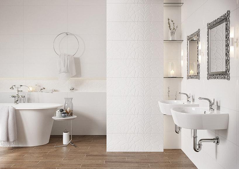 biała łazienka zbrązową podłogą