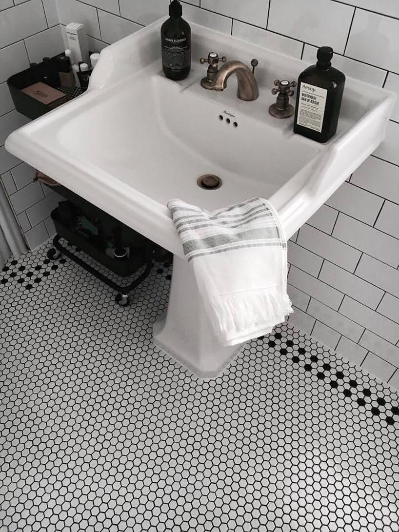 retro umywalka wotoczeniu drobnych białych płytek