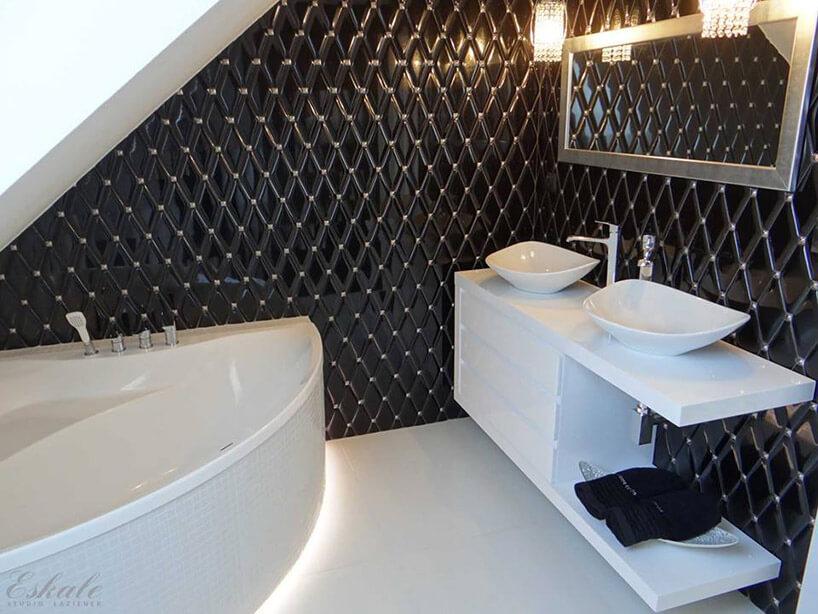 czarne płytki przypominające obicie kanapy wbiałej łazience