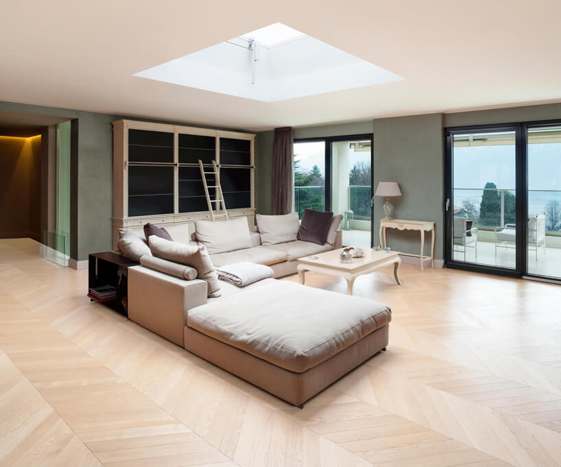 duży salon zobszerny narożnikiem na drewnianej podłodze