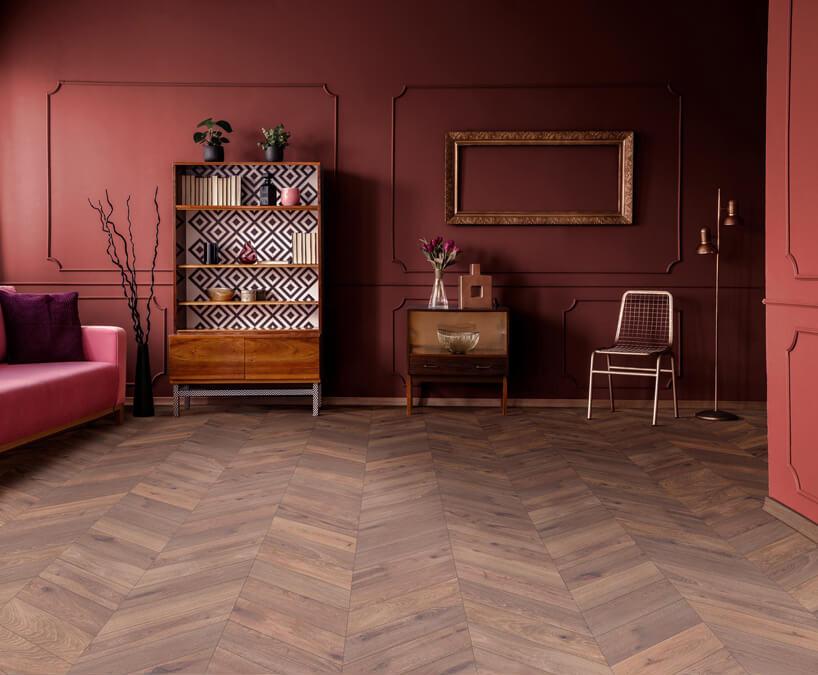 wnętrze salonu zbodowymi ścianami idrewnianą podłogą