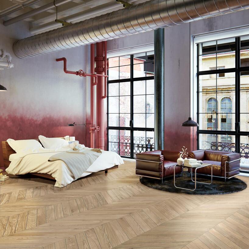 duży pokój wlofcie zwysokimi oknami ijasną drewnianą podłogą