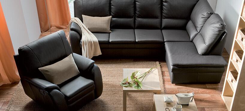 czarna rogówka ifotel zbeżowymi poduszkami