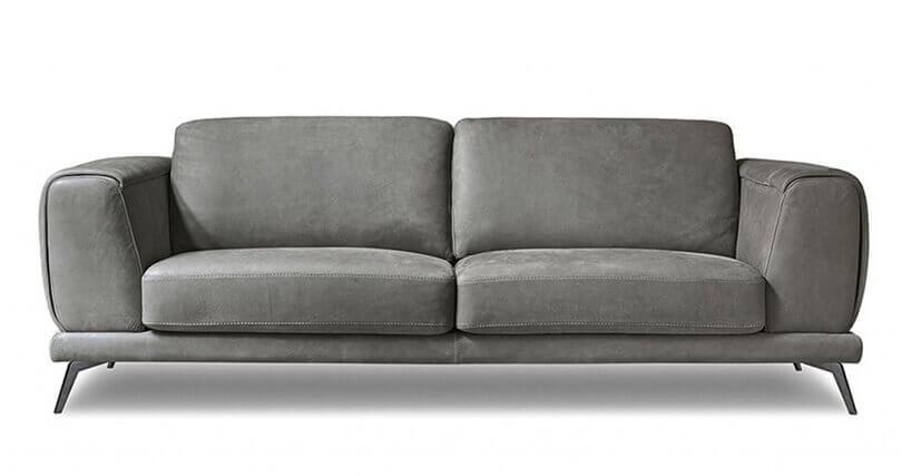 brązowa kanapa na białym tle