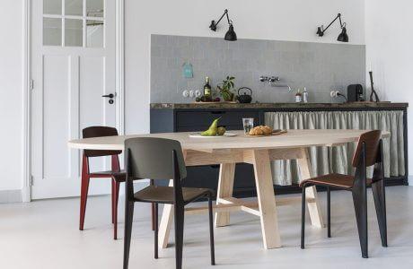 indywidualna kuchnia jasnym stołem