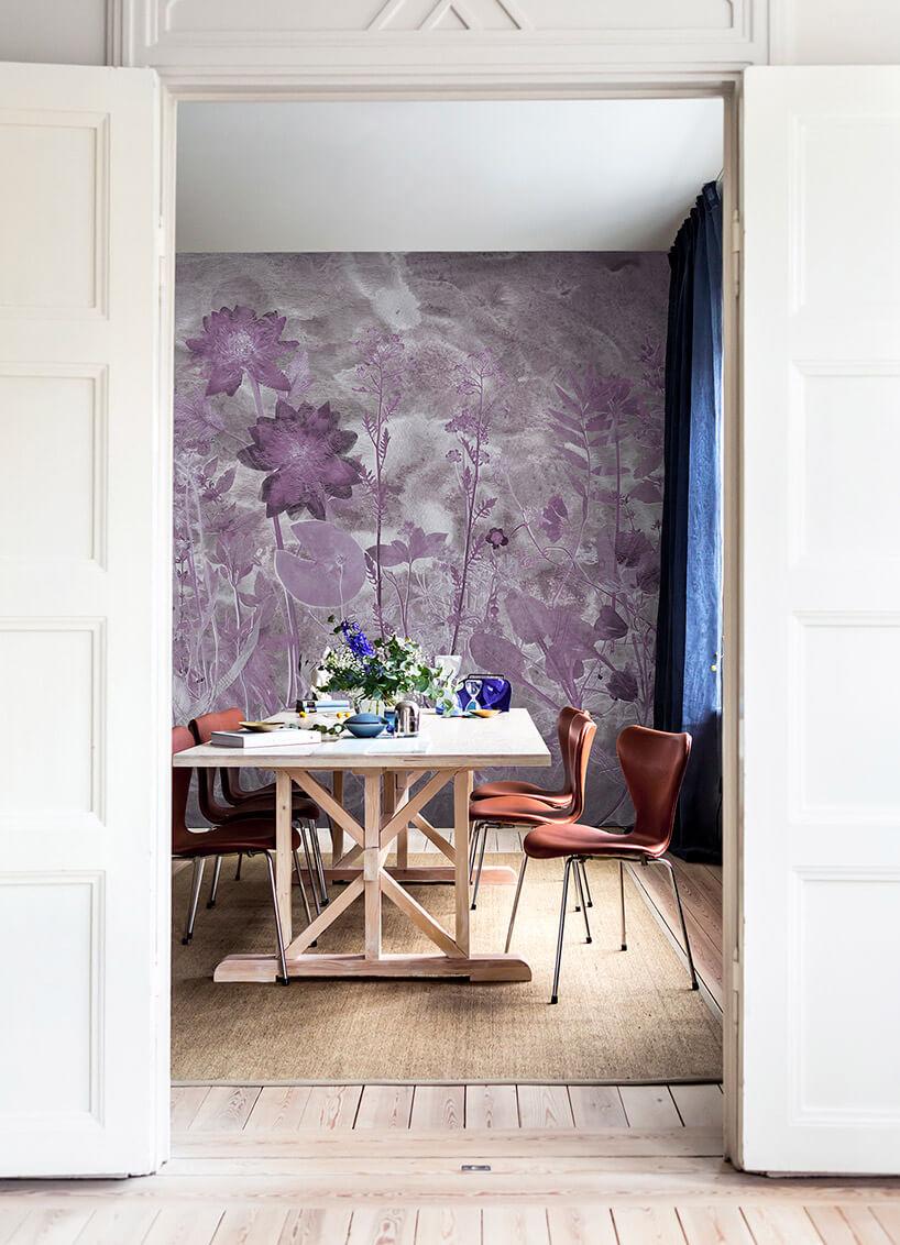fioletowe kwiaty na tapecie wsalonie
