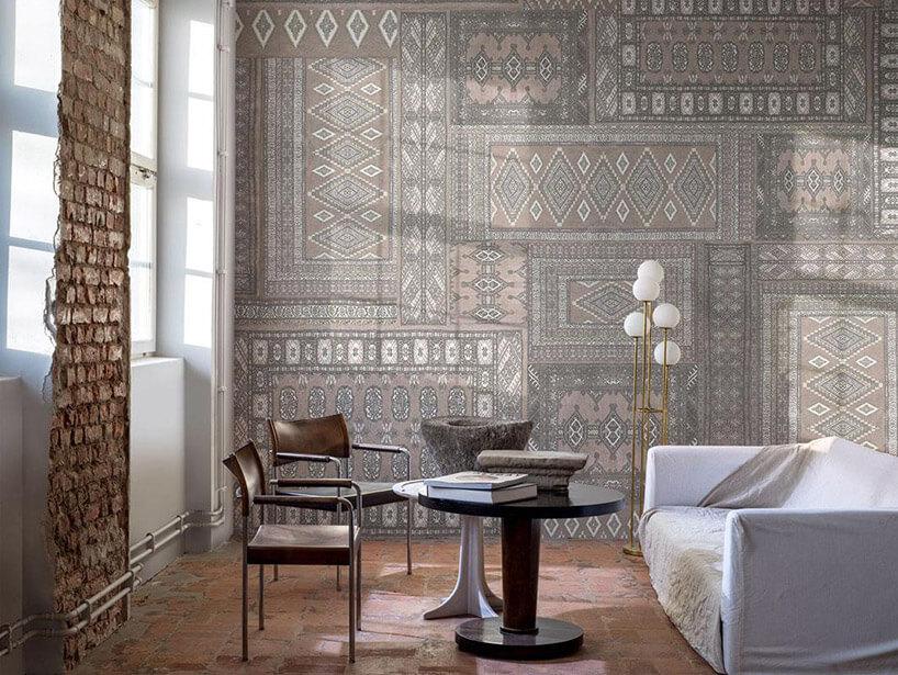 szara tapeta zmotywem dywanowym