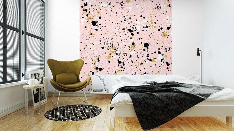 różowa tapeta na ścianie wbiałe żółte czarne kleksy