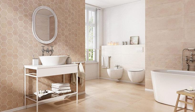 przestronna łazienka biało-różowych kolorach