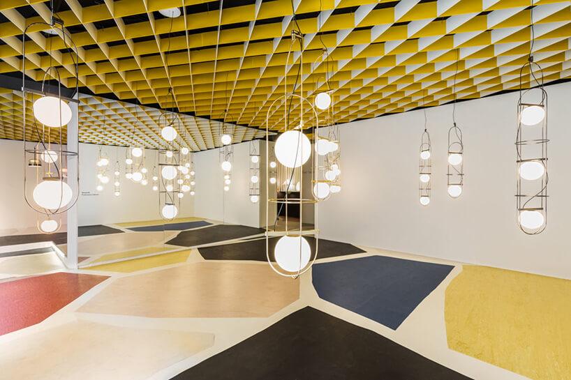 klika okrągłych lamp wpomieszczeniu zkolorowymi dywanami
