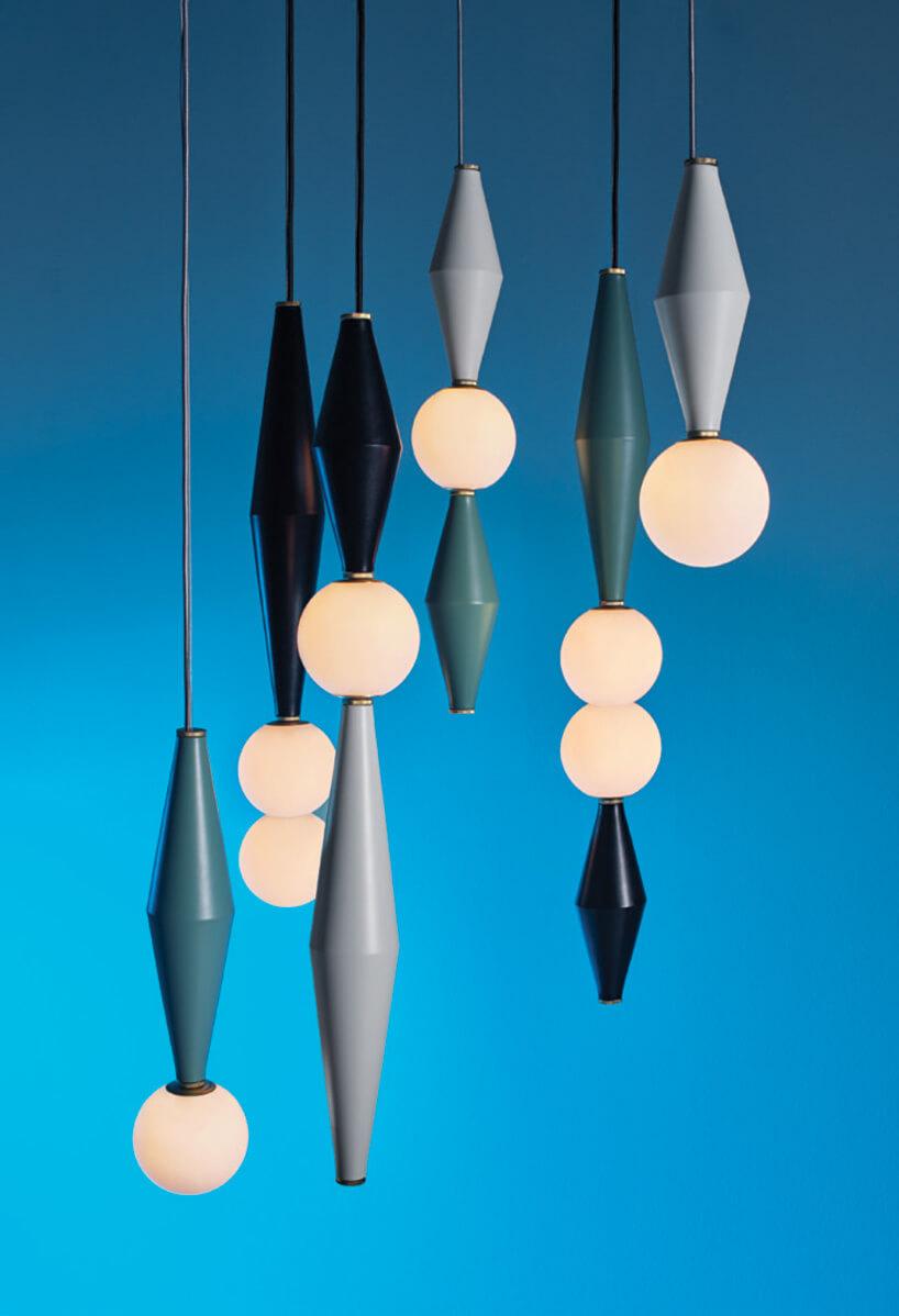 wiszące lampy wkształcie rombu na tle niebieskiej ściany