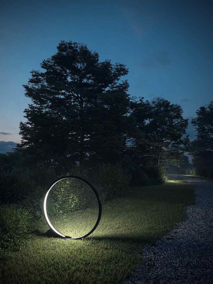 okrągłe świecące ringi wogrodzie