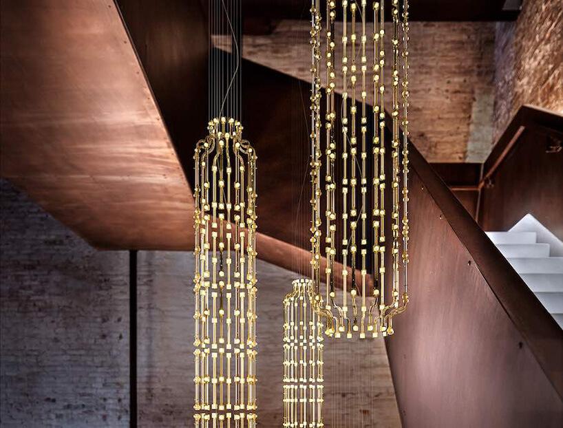 zwisające złote lampy we wnętrzu zbrązem