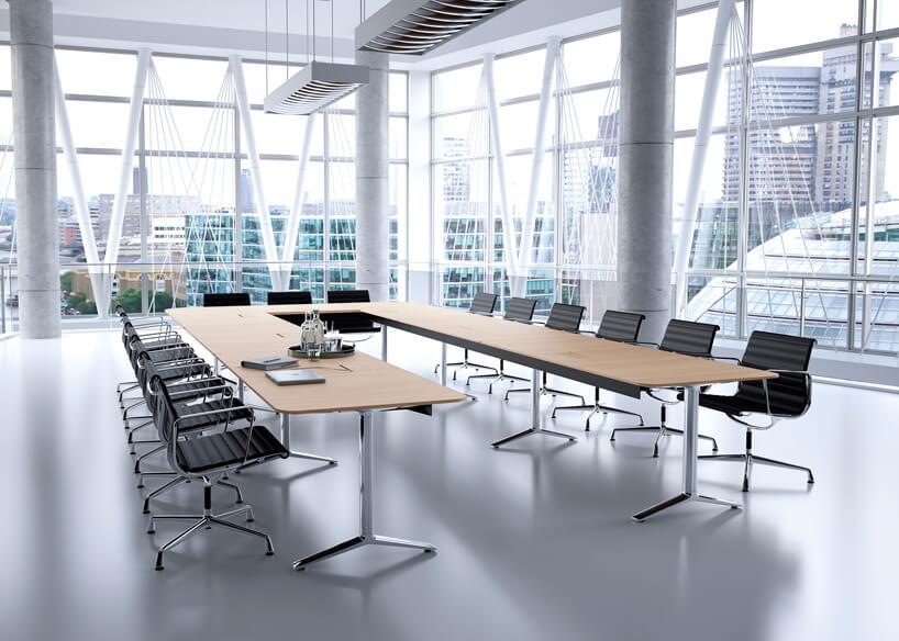 stół konferencyjny zserii Talk marki Renz wsali konferencyjnej wnowoczesnym przeszklonym biurowcu