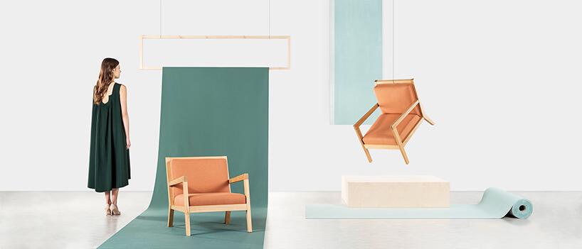 brązowe krzesła ikobieta wzielonym stroju