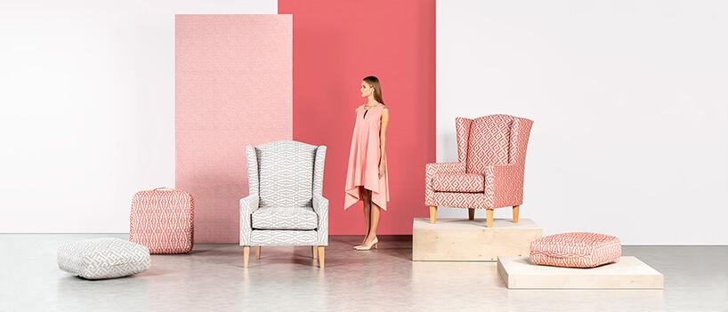 kobieta pomiędzy szarym iróżowym fotelem