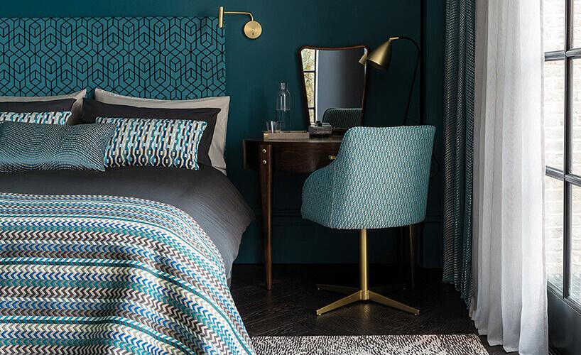 łóżko małżeńskie błękitne krzesło ilustro wsypialni