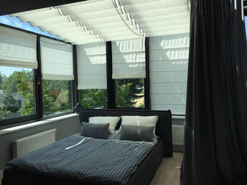 łóżko małżeńskie wsypialni zdużą ilością okien