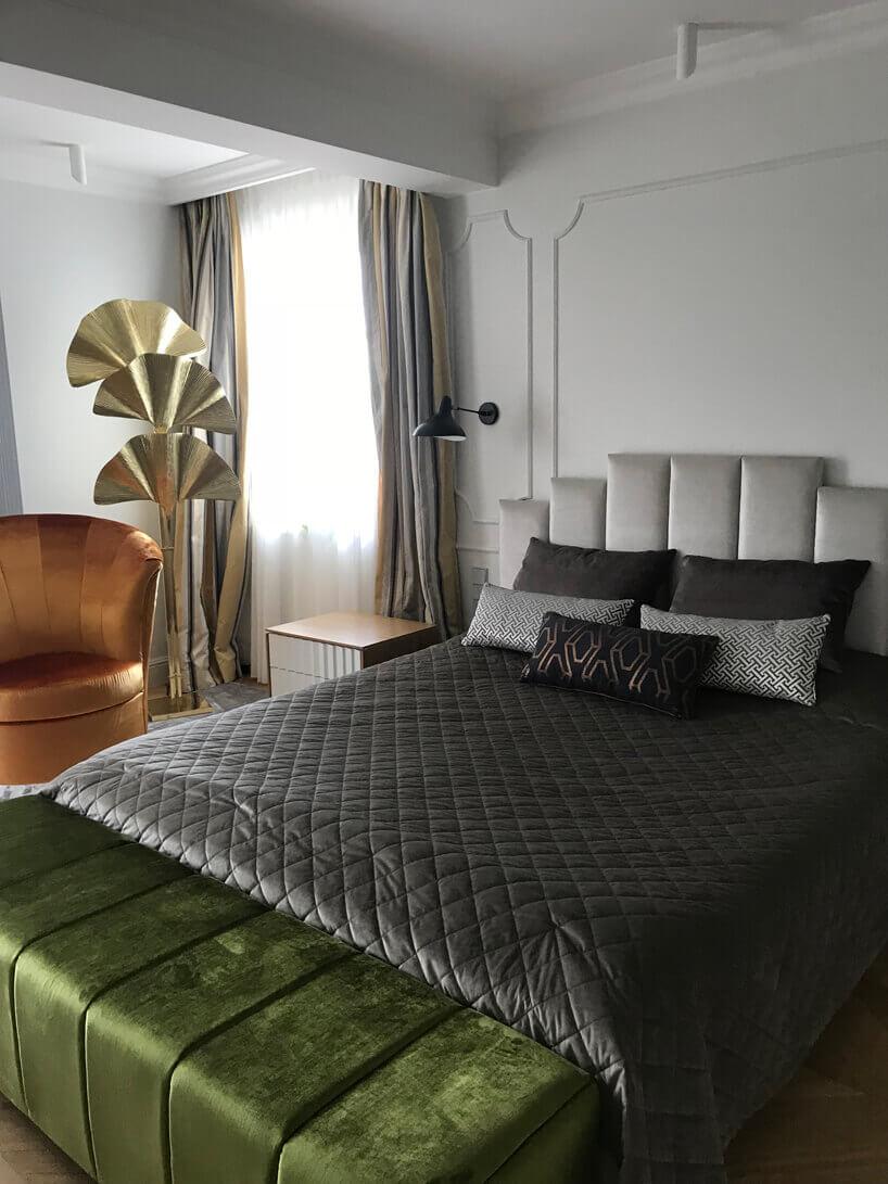 łóżko małżeńskie zielony podnóżek pomarańczowy fotel