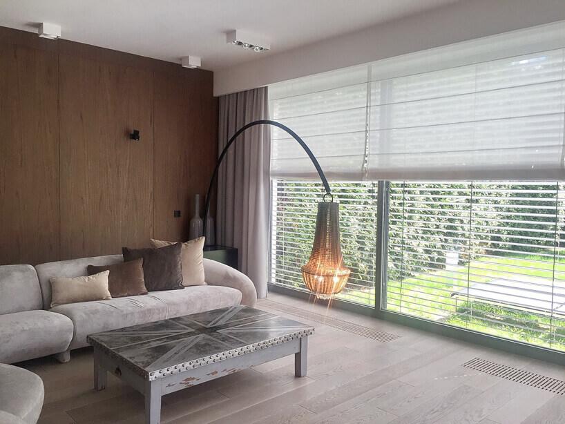 różowa kanapa szara lampa istolik