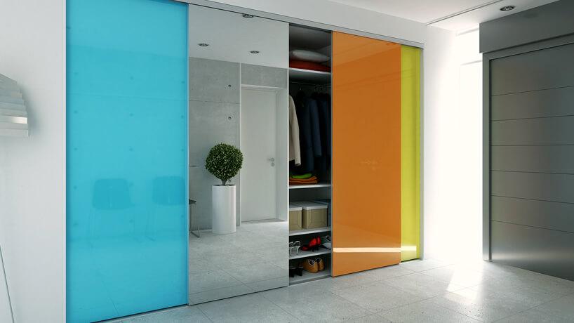 szafa ze szklanymi niesko biało porańczowo zółtymi przesuwanymi drzwiami