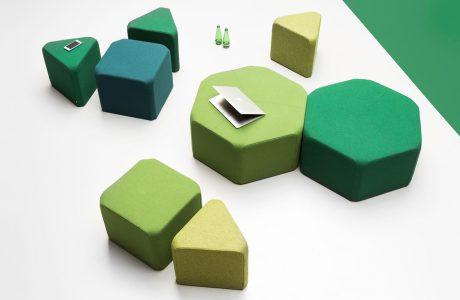 kilka zielonych siedzisk NOTI o różnych kształtach i wielkościach