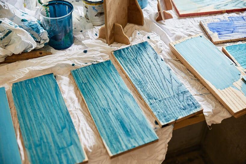 kolorowe fragmenty desek wjasno niebieskim kolorze