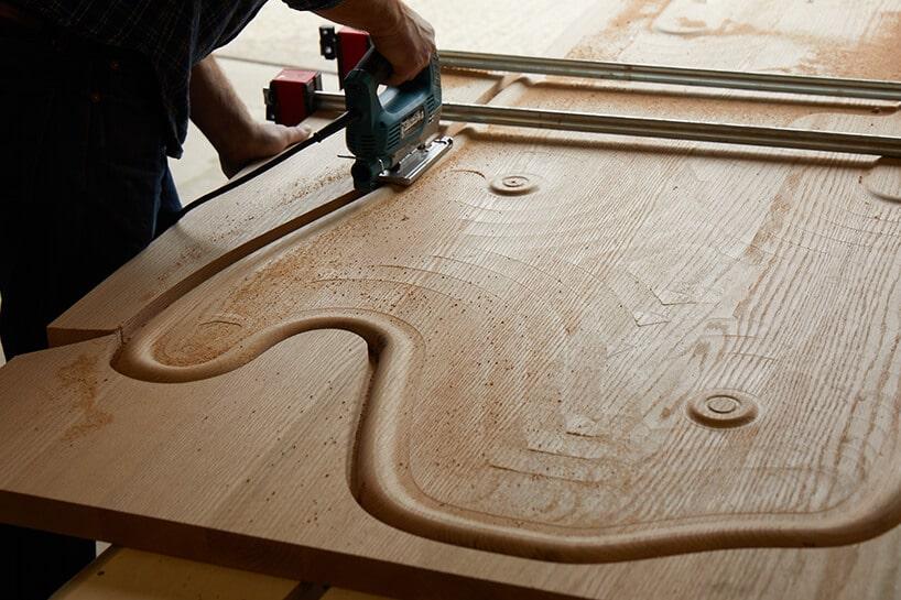 wycinanie drewnianego elementu zjasnego drewna ze słojami