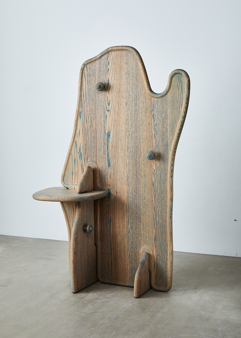futurystyczna konstrukcja lustra zjasnego drewna wraz zpółką