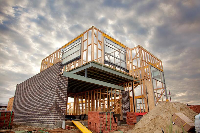 budowa domu na drewnianym stelażu zmurowanym garażem