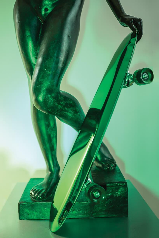 rzeźba wkolorze zieleni zpółprzezroczystego materiału