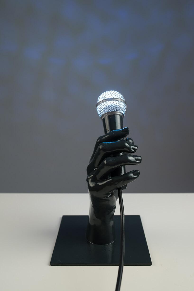 lampa wmikrofonie trzymanego wplastikowej ręce