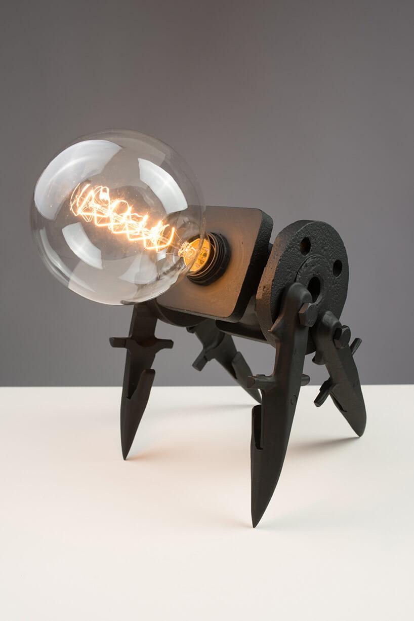 lampa na metalowym stojaku