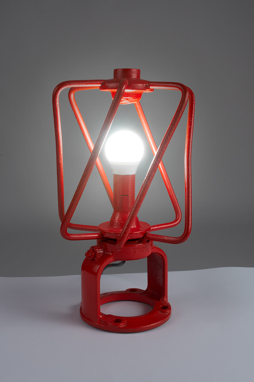 lampa wczerwonej metolowej obudowie