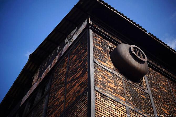wysoko wieża wstarej fabryce